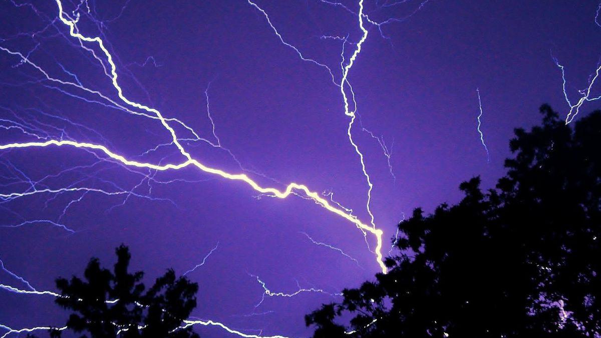 2 people struck by lightning on Florida beach