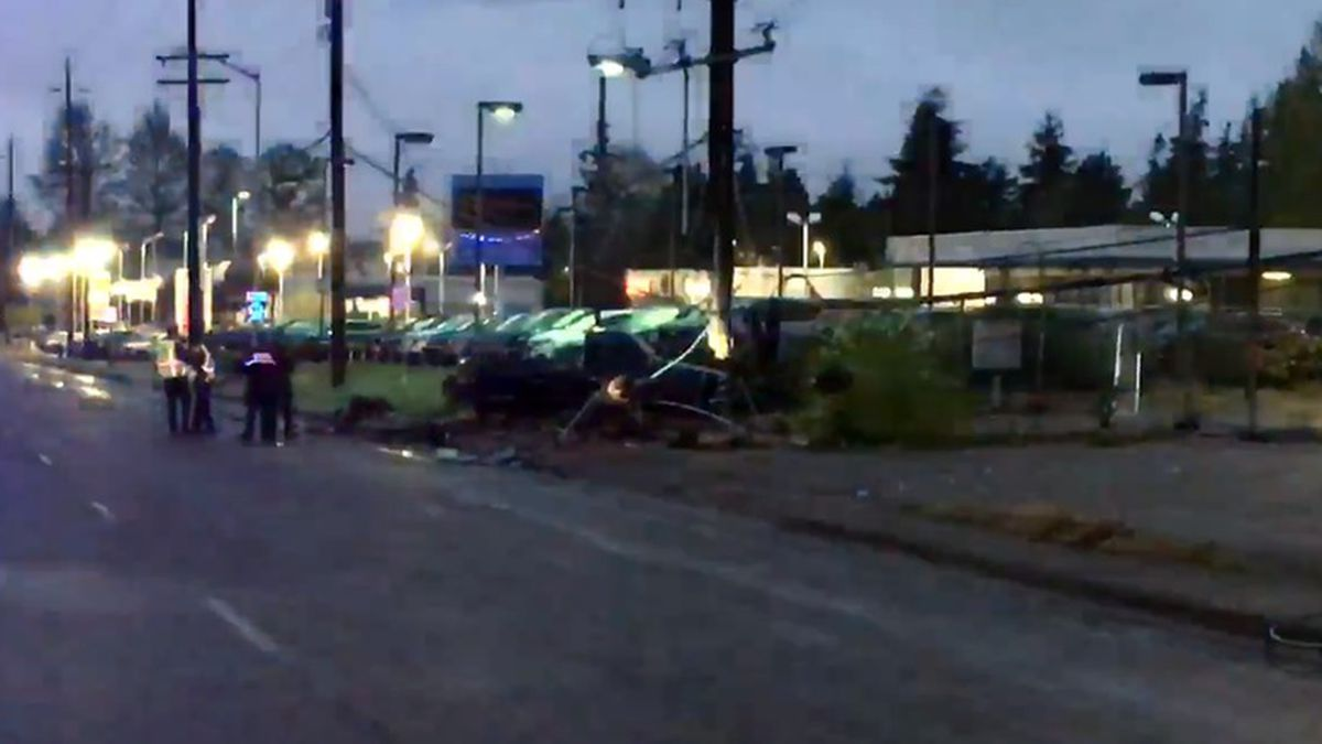 Crash after high-speed chase cuts power to thousands in Everett
