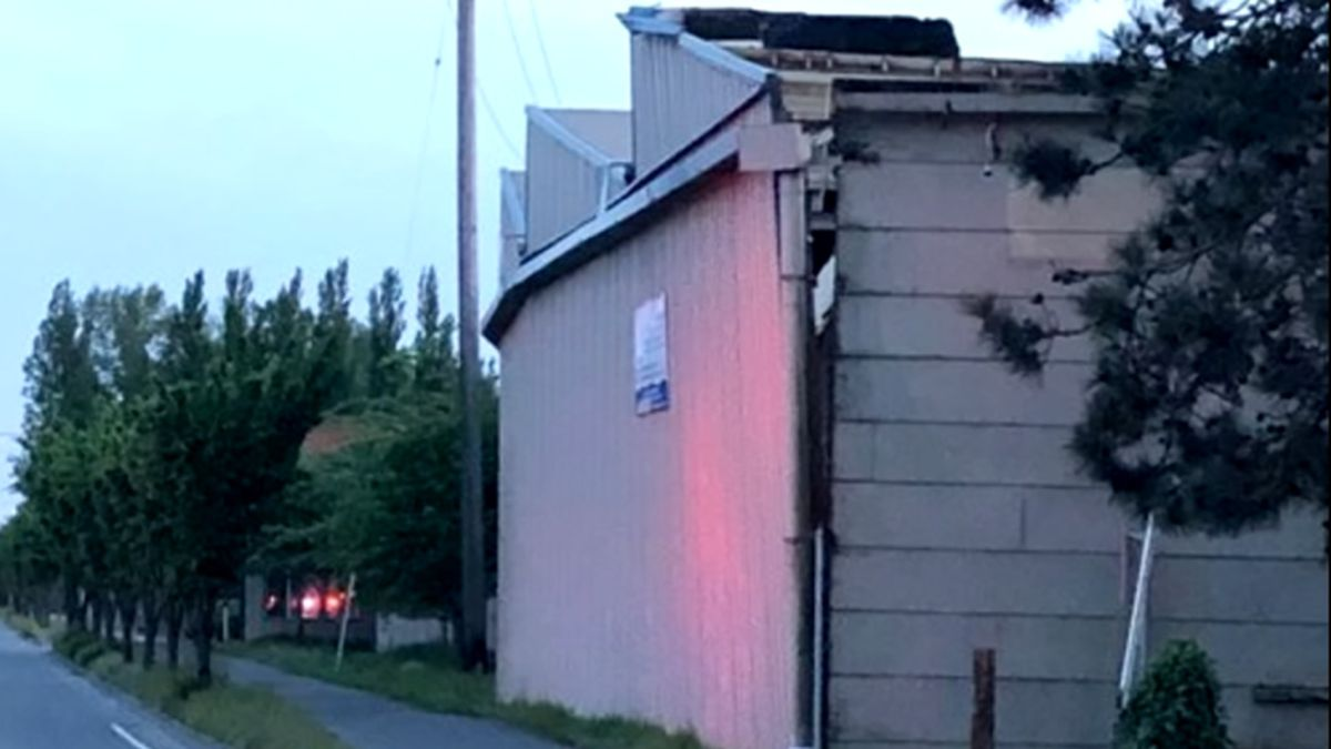 Commercial building on verge of collapse in Everett