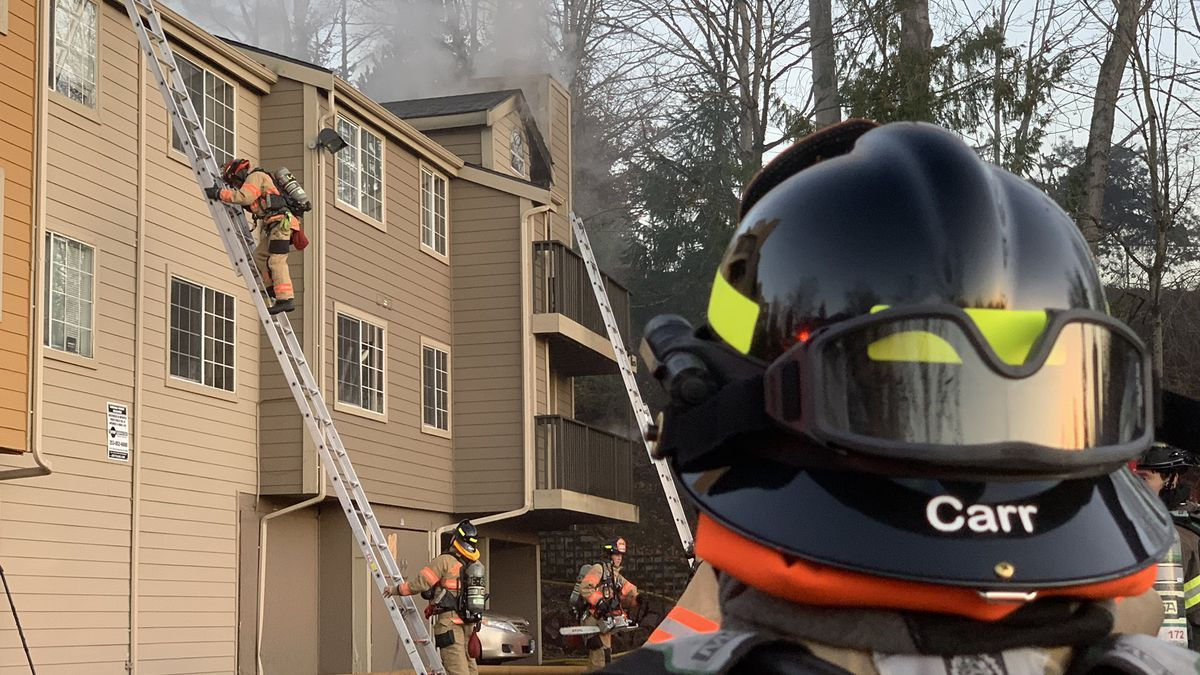Multiple people rescued from Federal Way apartment fire