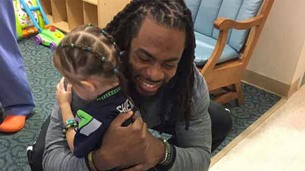 Richard Sherman visits hospital, replaces little girl's lost doll
